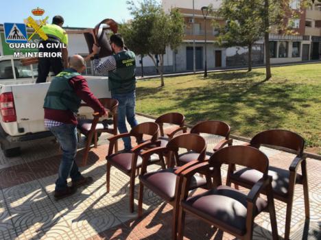 Detenido por robar mesas y sillas de bares en Roquetas