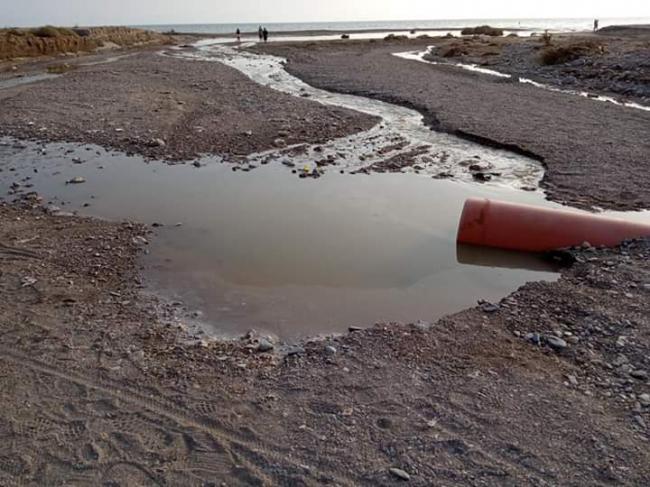 El temporal deja al descubierto una canalización de vertidos al mar en Retamar
