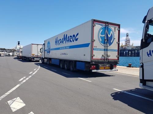 70 camiones tráiler y 4 plataformas embarcan en el Puerto de Almería con destino Nador