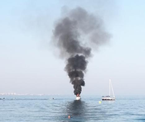 Tres heridos tras arder una embarcación en una playa de Roquetas