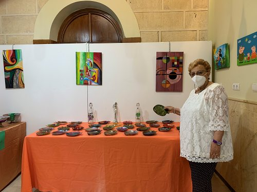 Mercedes Úbeda decora las salas de 'El Faro' con originales manualidades