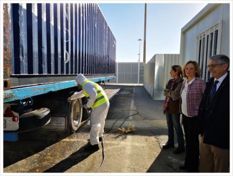 El puerto de Almería es uno de los tres del Estado que puede desinfectar vehículos de animales vivos