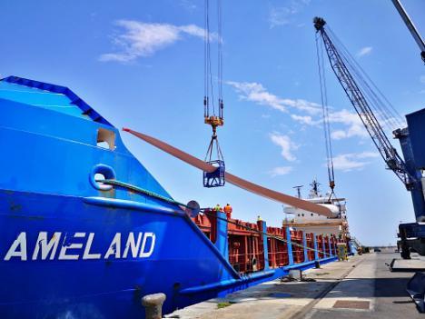 El Puerto de Almería acoge el embarque de nueve palas para un parque eólico en Francia