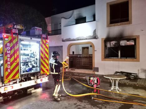Los Bomberos extinguen un incendio en el interior de un dúplex en Cabo de Gata