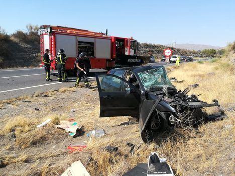 Efectivos de bomberos intervienen en el accidente ocurrido en la N-340a, en el municipio de Tabernas, en el que ha fallecido una persona y otras cuatro han resultado heridas