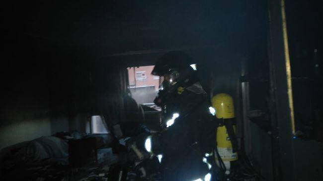 Los Bomberos rescatan a una mujer del incendio ocurrido en su vivienda de la calle Ágata, en el barrio de Los Molinos