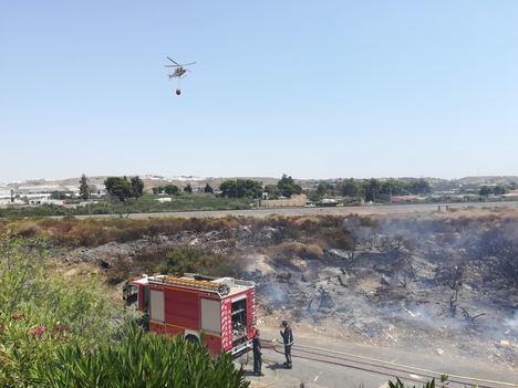 Los bomberos de Almería extinguen un incendio cerca de la carretera A-1000.