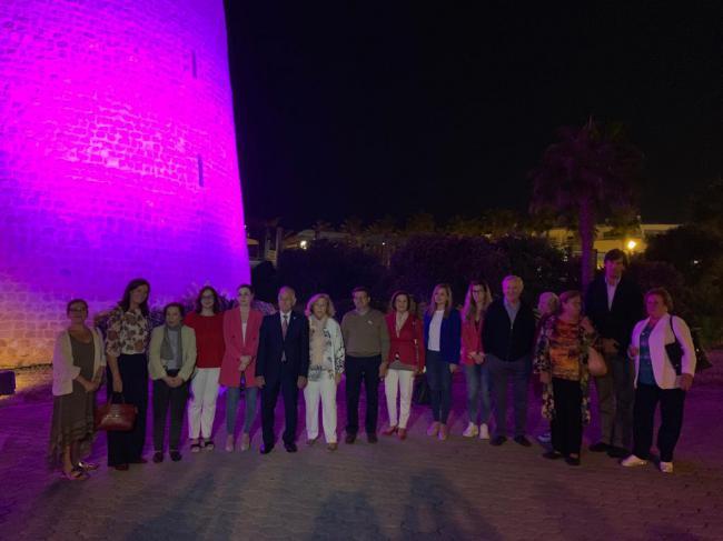 El Castillo de Santa Ana se ilumina de rosa por la lucha contra el cáncer