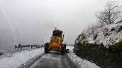 Diputación sigue abriendo carreteras tras la nevada nocturna