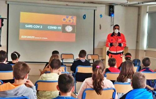 El 061 resuelven dudas sobre el covid 19 a jóvenes de Huércal de Almería