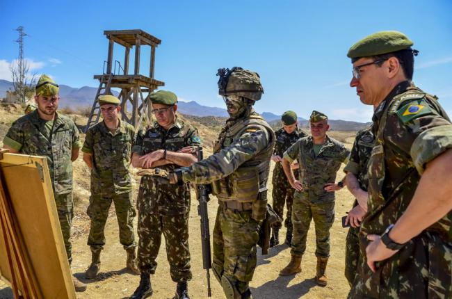 Una comisión brasileña visita la Legión para conocer la Brigada Experimental 2035