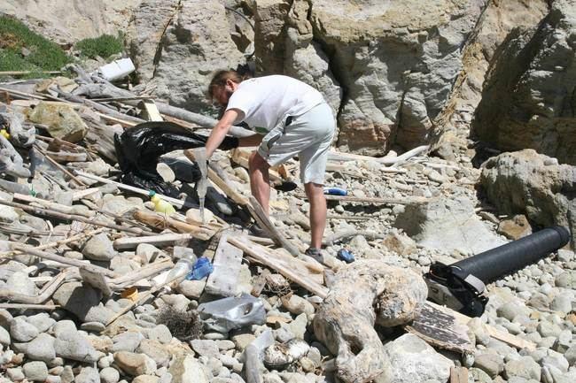 Un centenar de voluntarios recogen más de cinco toneladas de basura de calas inaccesibles de Níjar