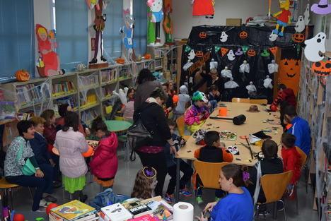 """La Biblioteca de Gádor se transforma en un """"taller del terror"""" para celebrar Halloween"""