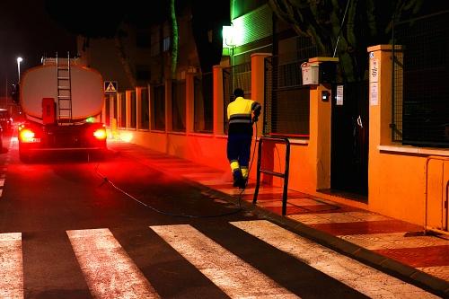Intensifican la desinfección en entorno de colegios, ambulatorios y espacios públicos de Roquetas