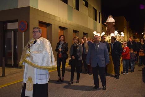 Gádor agasaja a Santa Ángela de la Cruz con una lluvia de pétalos durante la procesión