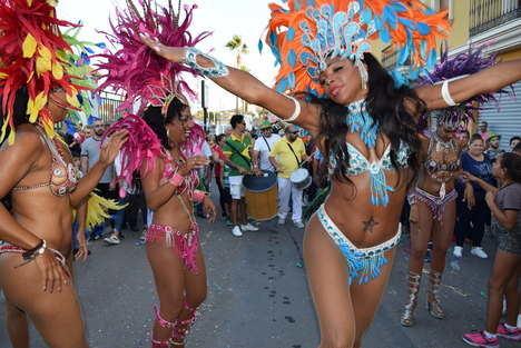 Hadas mágicas y bailarinas brasileñas en el desfile de las fiestas de Gádor