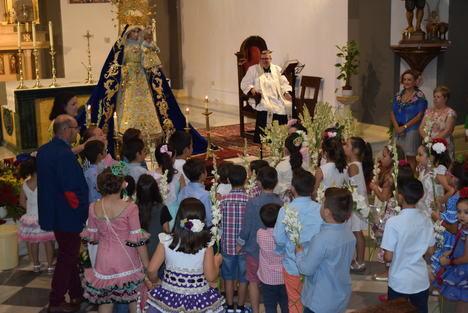 Los gadorenses agasajan con flores a la Virgen del Rosario en sus fiestas patronales