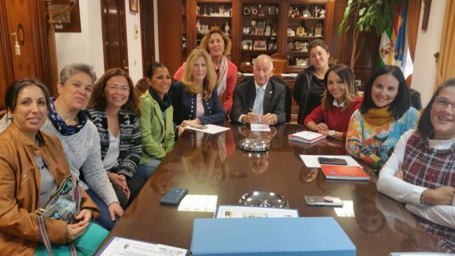 Amat se compromete a solucionar el problema de transporte escolar en Roquetas