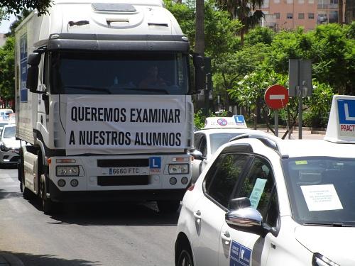 La falta de examinadores colapsa el centro de Almería