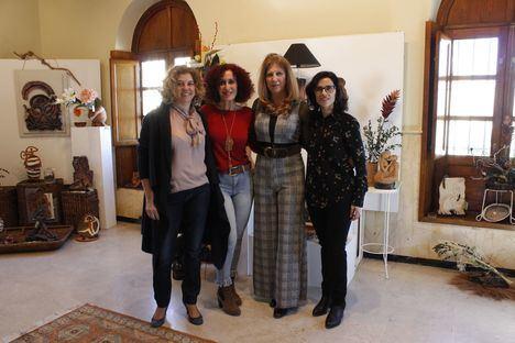 El Faro acoge una exposición de cerámica y arte floral por el Día de la Mujer