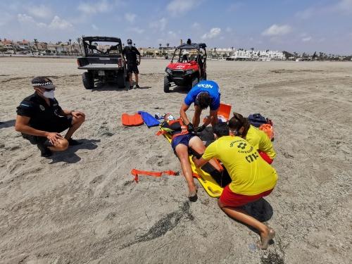 Simulacro de salvamento y rescate acuático en las playas de Vera