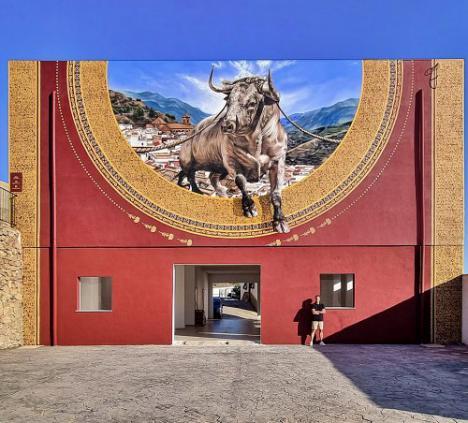 Ohanes presume de su tradicional toro ensogado con un mural hiperrealista de Daniel Fernández