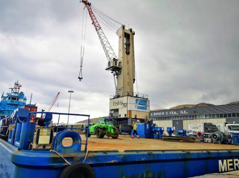 Ronco mejora su operativa en el Puerto de Almería con una nueva grúa