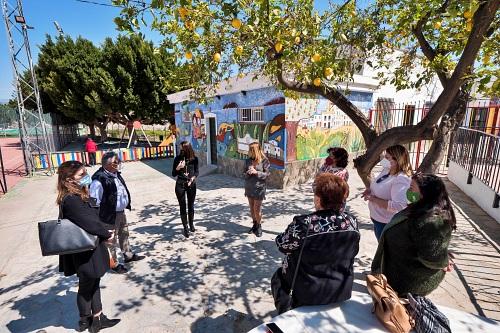 Las mujeres de Íllar realizan un mural con los 'Talleres Carmen de Burgos' de Diputación