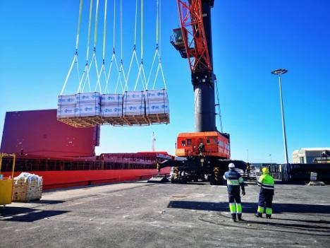El Puerto de Almería recibe un cargamento de 3.130 toneladas de paneles de yeso turco