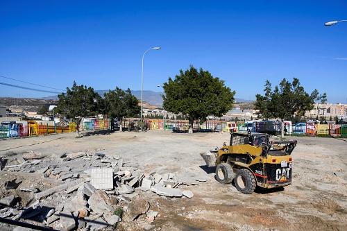 Un espacio público en Los Almendros se convierte en parque y parking