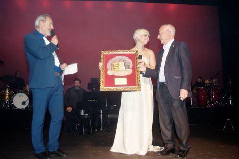 Pasión Vega ofreció un gran concierto en Roquetas donde ya tiene su butaca de honor en el Teatro Auditorio