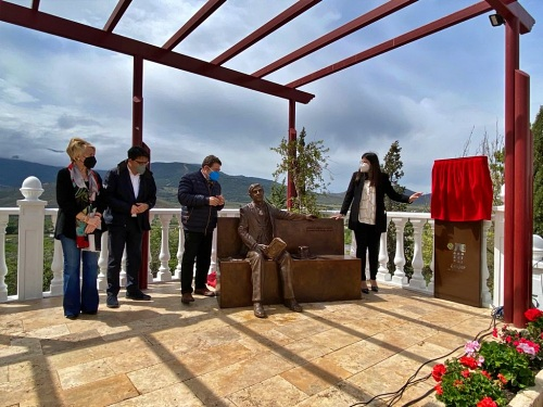Un monumento donado por Juan Ronda recuerda al poeta Villaespesa en Laujar