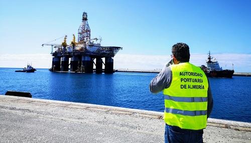 Problemas técnicos retrasan el amarre de la plataforma petrolífera en el Puerto de Almería