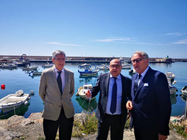 Caicedo muestra al director general de Pesca el proyecto de acondicionamiento del fondeadero
