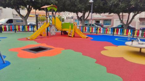 Roquetas de Mar instala 10.000 m2 de pavimento de amortiguación en parques infantiles