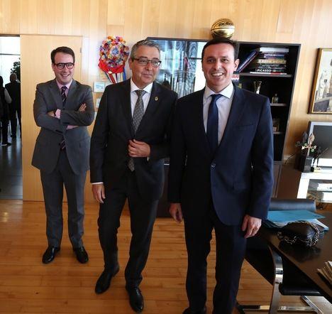 García acude la toma de posesión del presidente de la Diputación de Málaga