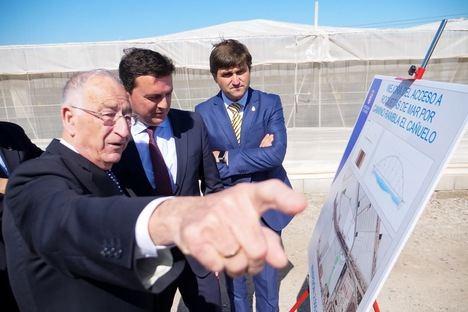 El alcalde de Roquetas y el presidente de la Diputación visitan la conexión de la carretera del Cementerio