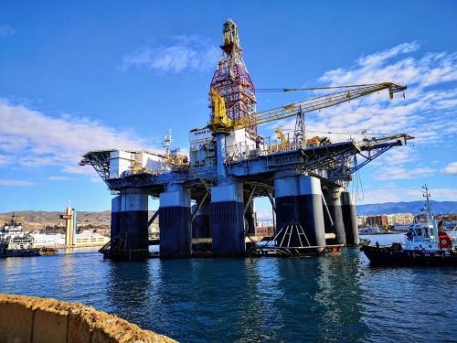 La plataforma petrolífera Ocean Confidence atraca en el Puerto de Almería