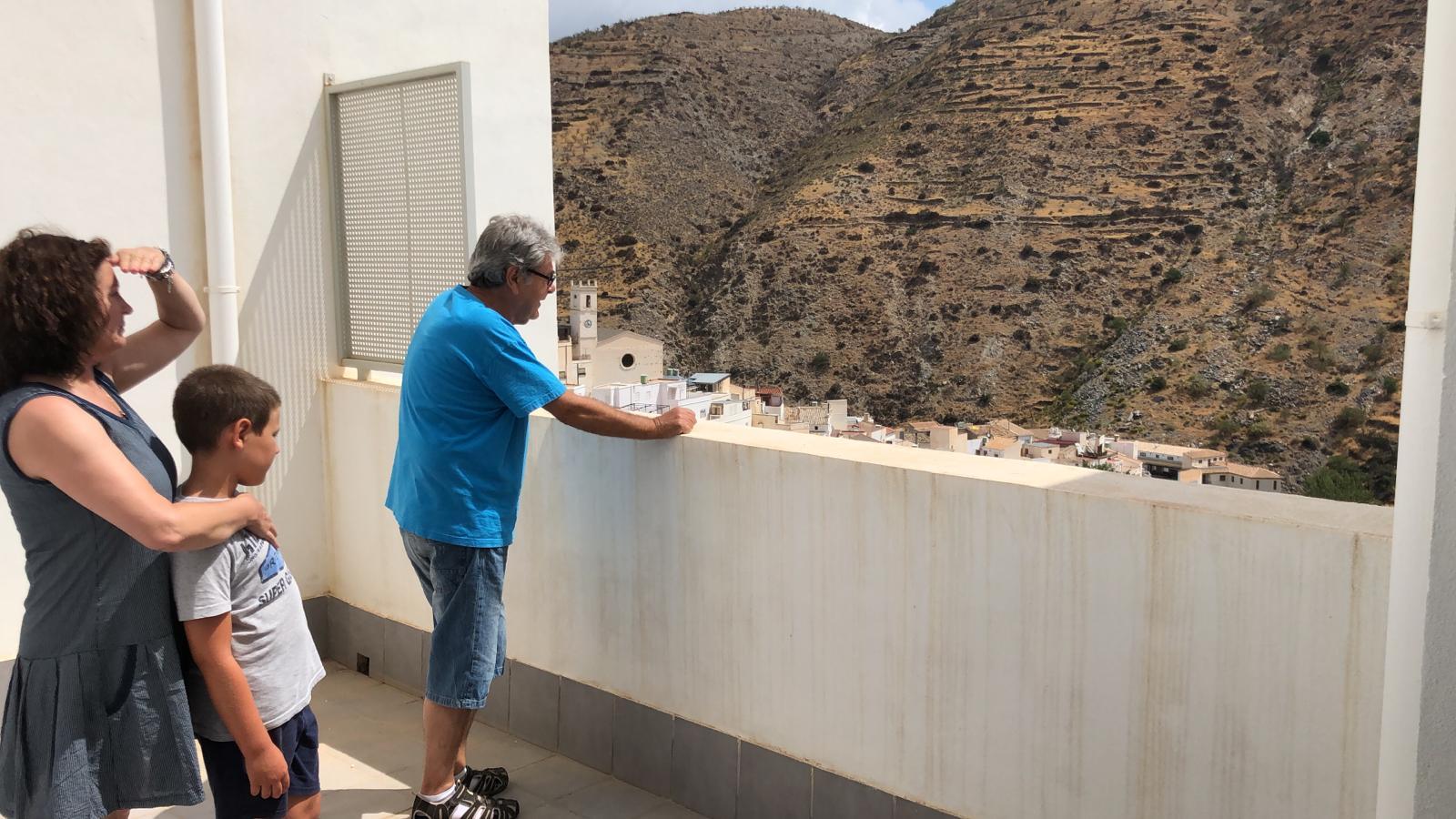 Medio centenar de vecinos se interesan por las viviendas de Diputación en Sierro