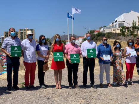 Pulpí iza sus banderas azules y muestra los sellos de Andalucía Segura