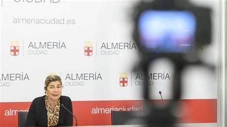 El PSOE repartió abanicos del Partido en el homenaje del Ayuntamiento de Almería a los mayores