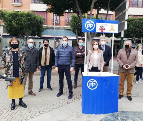 El PP sigue recabando firmas en Almería contra la Ley Celaá