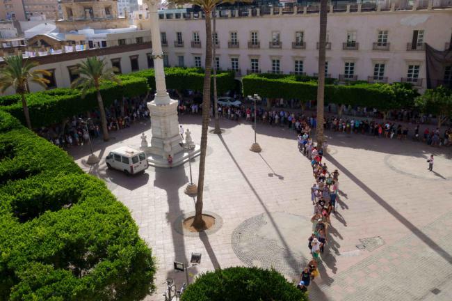 Largas colas para recoger los abanicos gratuitos de la Feria de Almería