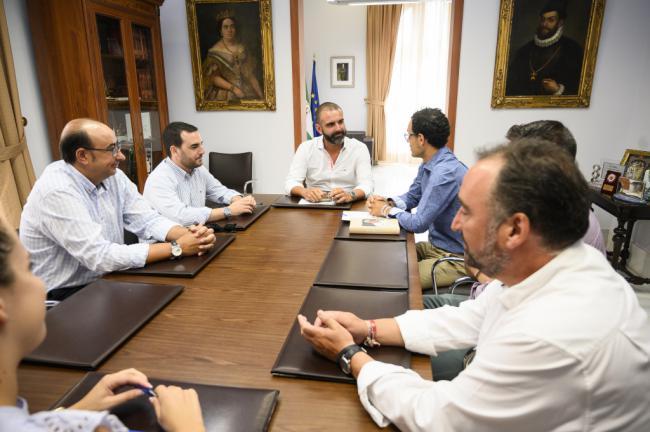 El alcalde transmite a las Hermandades su intención de impulsar la Semana Santa