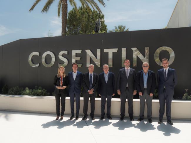 El consejero Rogelio Velasco visita la sede de Cosentino