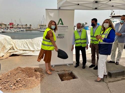 Crespo y Carazo ponen la primera piedra de la lonja y la reurbanización del puerto de Roquetas