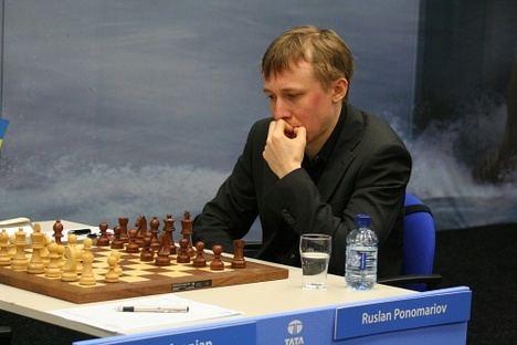 Vera celebra un encuentro simultáneo con el campeón del mundo de ajedrez RUSLAN PONOMARIOV