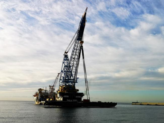 La grúa Saipem 3000 levanta las 2.400 toneladas de un barco en Almería