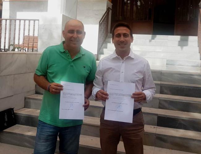 Los diputados provinciales de la Junta Electoral de Huércal-Overa, Óscar Liria y Domingo Fernández, recogen su acta