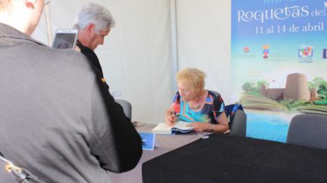 La Feria del Libro de Roquetas concluye con los escritores Víctor del Árbol y Javier Moro